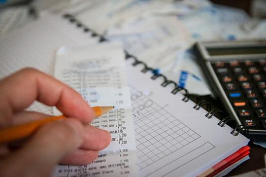 増税後、懸命に貯金する人
