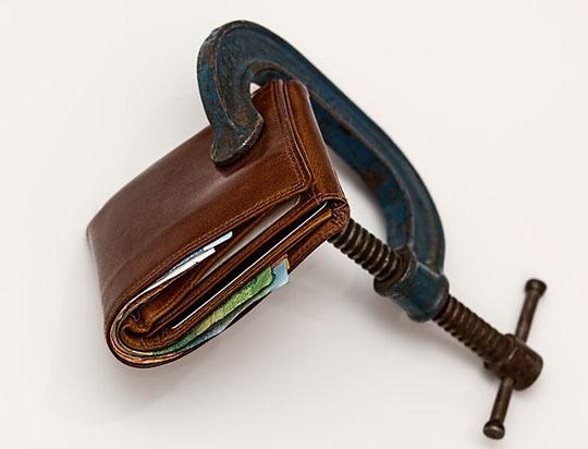 増税により紐が締まる財布