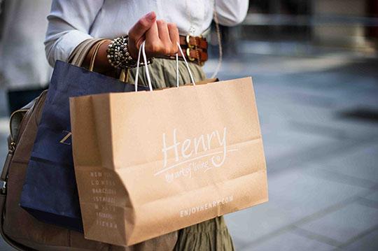 増税後にお得に買い物をする女性